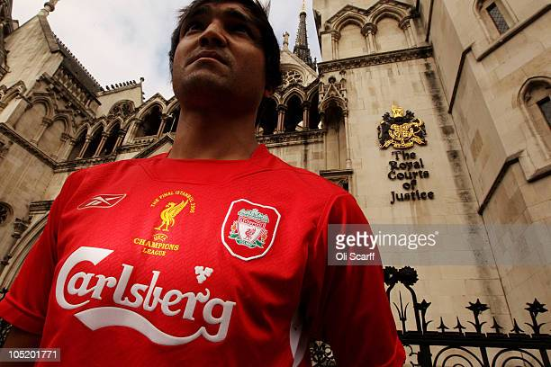 Supporters of Liverpool Football Club demonstrate outside the High Court on October 12 2010 in London England The Royal Bank of Scotland which holds...