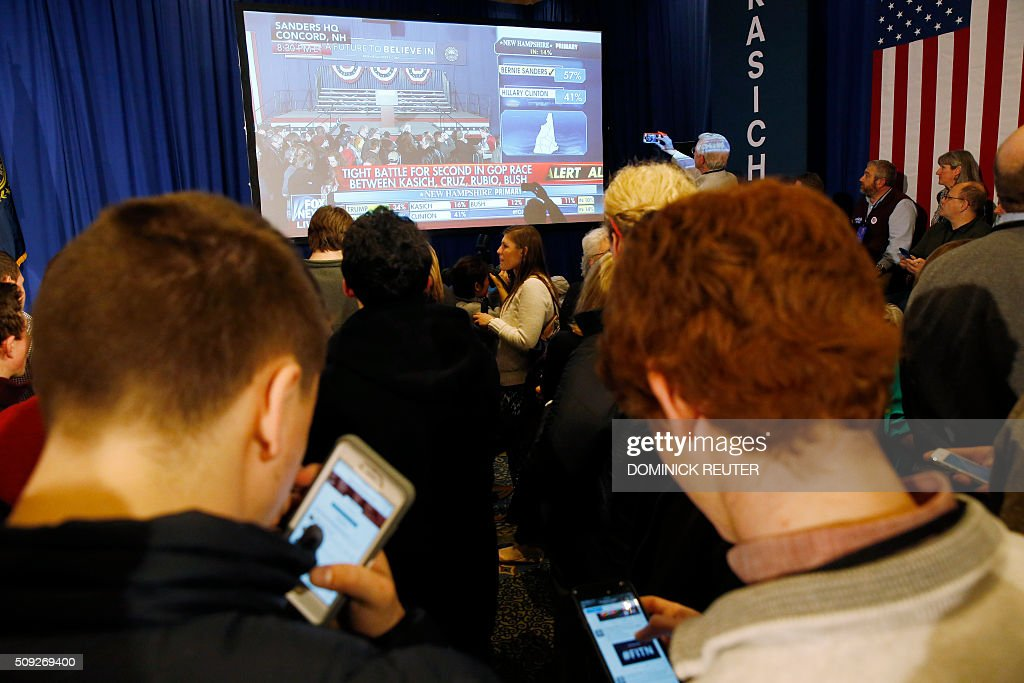 Supporters of Ohio Governor and Republican presidential candidate John Kasich wait for results to come in during a primary election watch party, February 9, 2016, in Concord, New Hampshire. / AFP / DOMINICK REUTER