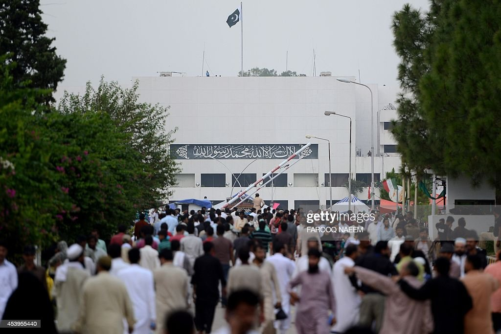 Supporters of Pakistani opposition politician Imran Khan and populist cleric Tahir-ul-Qadri arrive at an anti-government protest site in Islamabad on August 22, 2014. Pakistani opposition politician Imran Khan called August 21 off talks with the government aimed at ending protests seeking the fall of the prime minister, which have unnerved the nuclear-armed nation. Khan and populist cleric Tahir-ul-Qadri have led followers protesting outside parliament for the past two days demanding Prime Minister Nawaz Sharif quit. AFP PHOTO/Farooq NAEEM