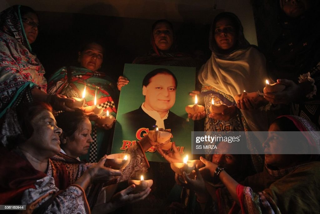 Supporters of Pakistan's Prime Minister Nawaz Sharif hold oil lamps as they pray for his early recovery on May 31, 2016 in Multan. Pakistan's Prime Minister Nawaz Sharif successfully underwent open heart surgery in London on May 31, his daughter said. It was the 66-year-old premier's second major cardiac medical procedure in five years. MIRZA