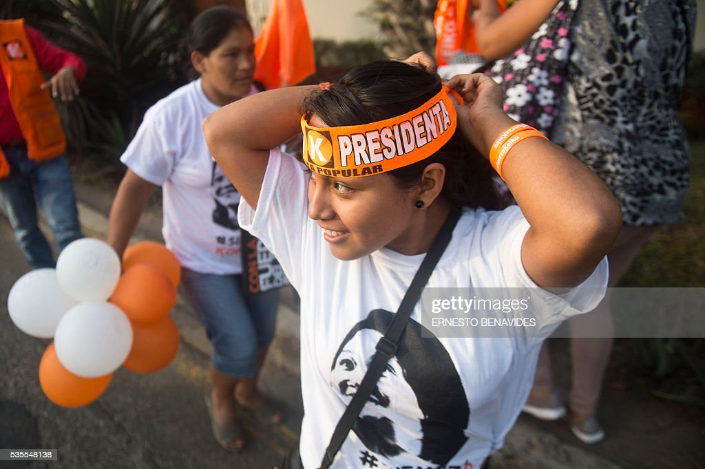 Supporters of Peruvian presidential candidate for the Fuerza Popular (Popular Strength) party Keiko Fujimori demonstrate before a televised debate with Pedro Pablo Kuczynski of the 'Peruanos por el Kambio' (Peruvians for change) party in Lima on May 29, 2016. Fujimori and Kuczynski will compete in Peru's June 5 runoff election. / AFP / ERNESTO
