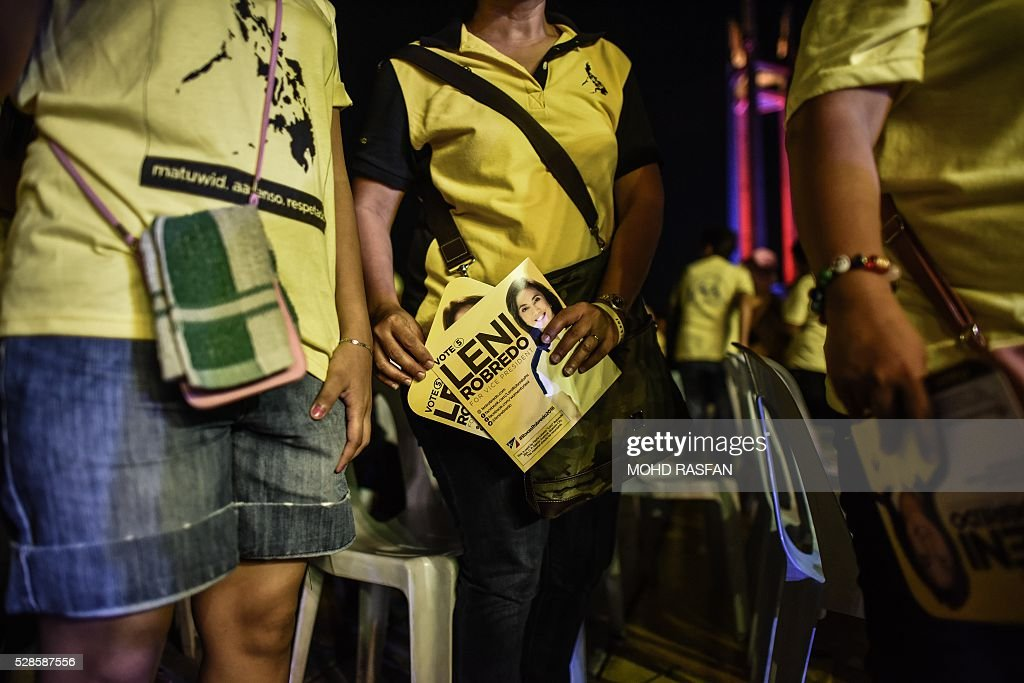 Supporters of Philippines vice presidential candidate Leni Robredo attend an election campaign rally in Manila on May 6, 2016. Anti-establishment Philippine politician Rodrigo Duterte's rollicking ride to presidential favouritism has triggered warnings of a coup should he win next week's election, with opponents warning he is a dictator in the making. / AFP / MOHD
