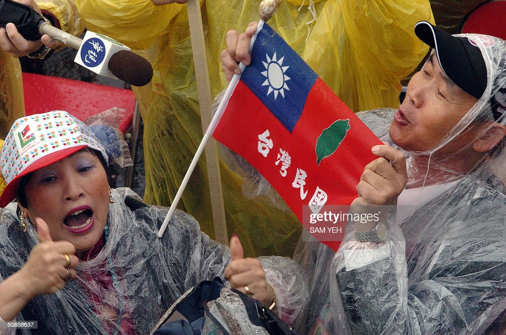 Supporters of Taiwanese President Chen Shui-bian display a flag of the 'Republic of Taiwan' during the inauguration ceremony in front of Presidential Palace, in Taipei 20 May 2004. Taiwan's President Chen Shui-bian refused to rule out eventual reunification with China, after Beijing threatened to crush any moves by the island towards independence. AFP PHOTO/Sam YEH