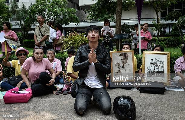 TOPSHOT Supporters of Thailand's King Bhumibol Adulyadej pray at Siriraj Hospital where the king is being treated in Bangkok on October 13 2016...