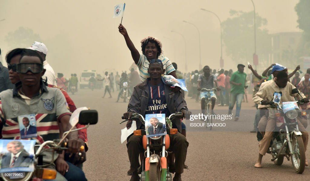 Supporters of the Central African Republic second round presidential candidate Anicet Georges Dologuele parade during his presidential campaign in Bangui, on February 12, 2016, ahead of the Febuary 14 presidential and legislatives elections. / AFP / ISSOUF SANOGO
