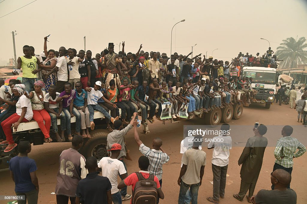 Supporters of the Central African Republic second round presidential candidate Anicet Georges Dologuele ride on the back of a flatbed lorry as they parade during his presidential campaign in Bangui, on February 12, 2016, ahead of the Febuary 14 presidential and legislatives elections. / AFP / ISSOUF SANOGO