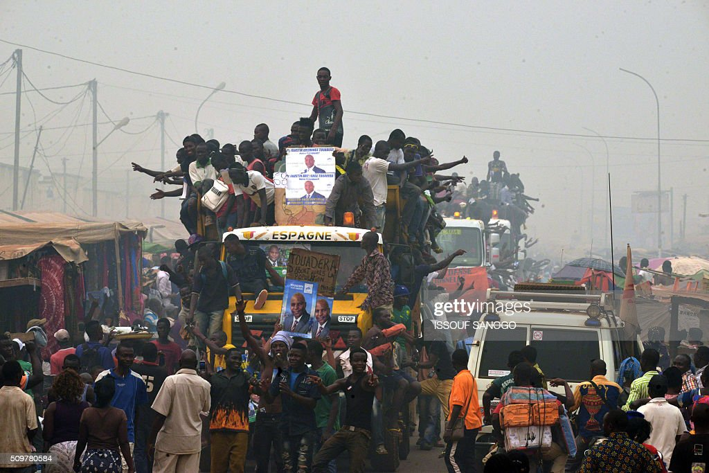 Supporters of the Central African Republic second round presidential candidate Anicet Georges Dologuele ride on the back lorries as they parade in the Muslim district of PK 5 in Bangui, on February 12, 2016, ahead of the Febuary 14 presidential and legislatives elections. / AFP / ISSOUF SANOGO