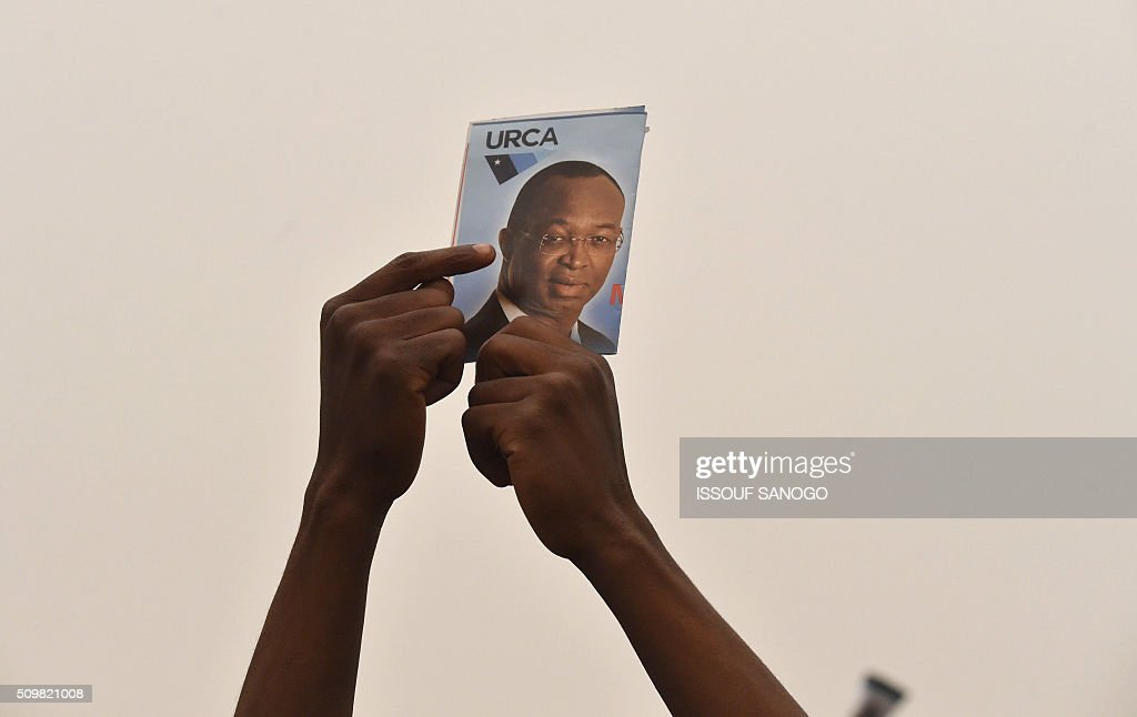 Supporters of the Central African Republic second round presidential candidate Anicet Georges Dologuele gather and hold his photo up during his presidential campaign, at the Bangui stadium on February 12, 2016, ahead of the Febuary 14 presidential and legislatives elections. / AFP / ISSOUF SANOGO