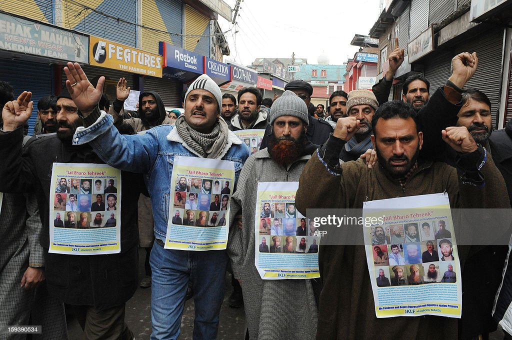 Supporters of the pro-independence Jammu and Kashmir Libration Front (JKLF) participate in a 'jail bharo' agitation to tempt police for their arrest in Srinagar on January 13, 2013.The agitation was held to protest against the life sentences to Kashmiri prisoners by the Indian courts. At least 29 Kashmiri men are in jails serving life sentences, according to Kashmiri human rights group. AFP PHOTO/Rouf BHAT