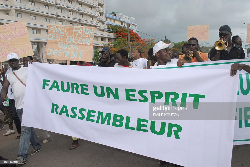 Supporters of Togo's ruling RPT (Togolese People's Rally) party demonstrate on May 29, 2010 in Lome in support of President Faure Gnassingbe's agreement to a power-sharing government deal with Togo's main opposition party the Union of Forces for Change (UFC). Thousands of supporters of Togo's main opposition party also demonstrated in a separate part of Lome against its leader's agreement to join the government, which has split the UFC. (banner reads: Faure, the gathering spirit). AFP PHOTO / Emile Kouton