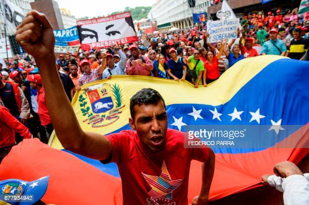 TOPSHOT Supporters of Venezuelan President Nicolas Maduro demonstrate before the official announcement of the decree calling for the rewrite of the...