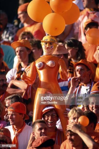 Supporters Pays Bas avec une poupee gonflable Pays Bas / CEI Euro 1992 Photo Alain Gadoffre / Icon Sport