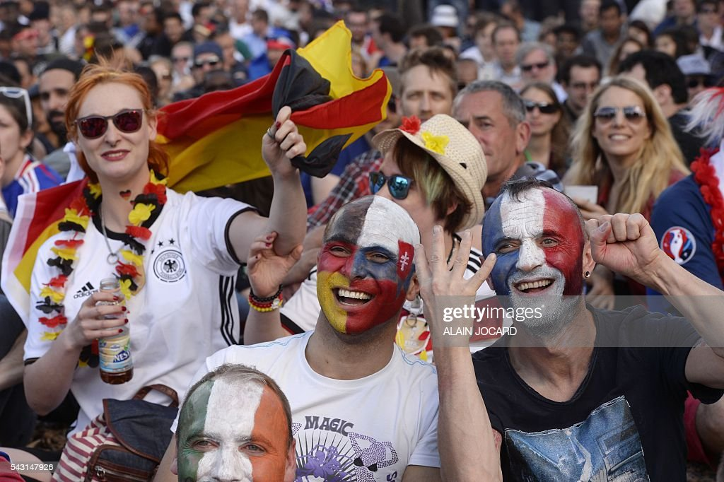 Supporters react as they watch the Euro 2016 tournament round of 16 football match between Germany and Slovakia on June 26, 2016 at the Champ-de-Mars fanzone in Paris. / AFP / ALAIN