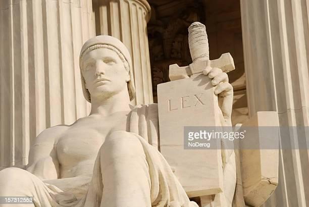 Bâtiment de la Cour suprême avec tablette statue de la loi.