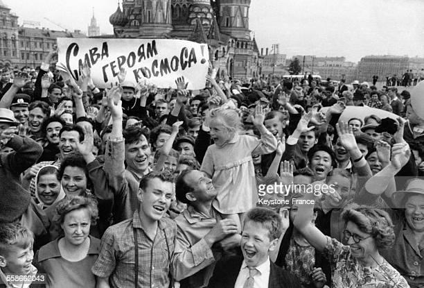 Sur la Place Rouge la foule fête avec enthousiasme l'annonce de l'agence de presse TASS du succès du lancement de la fusée Vostok6 dans laquelle se...