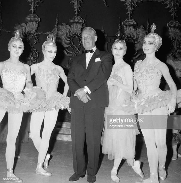 Sur la scène du théâtre des ChampsElysées de gauche à droite Liane Daydé Rosella Hightower Maurice Chevalier venu rendre hommage au Marquis de Cuevas...