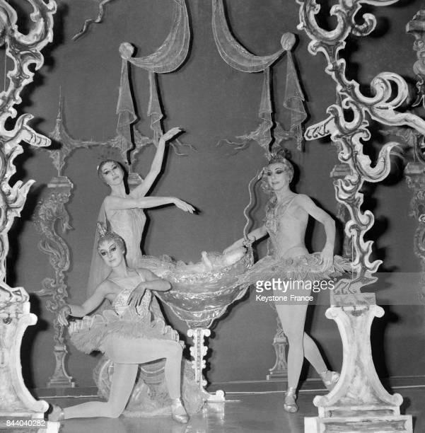 Sur la scène du théâtre des ChampsElysées de gauche à droite Liane Daydé audessus Nina Vyroubova et à droite Rosella Hightower à Paris France le 3...