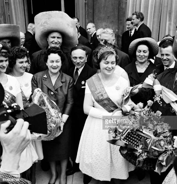 Sur le perron du Palais de l'Elysée Madame de Gaulle accueille la Reine de Mai à Paris France le 1 mai 1961