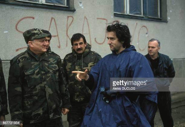 Sur le plateau de son film Bosna BernardHenri Levy ici avec le General Jovan Divjak en decembre 1993 a Sarajevo BosnieHerzegovine