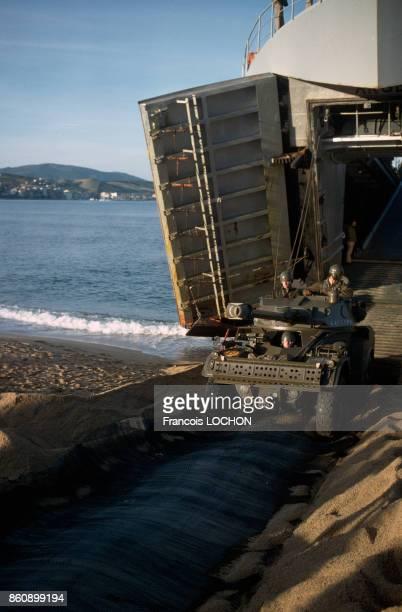 Sur une plage une jeep sort du bâtiment de débarquement de chars Argens lors de manoeuvres militaires de l'armée française en octobre 1981 France