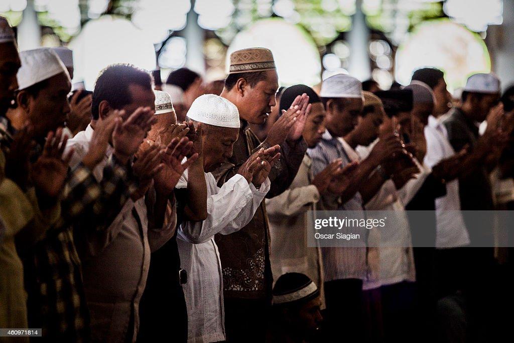 Surabaya residents pray for the victims of the AirAsia flight QZ8501 crash at the AlAkbar National Mosque on January 2 2015 in Surabaya Indonesia A...