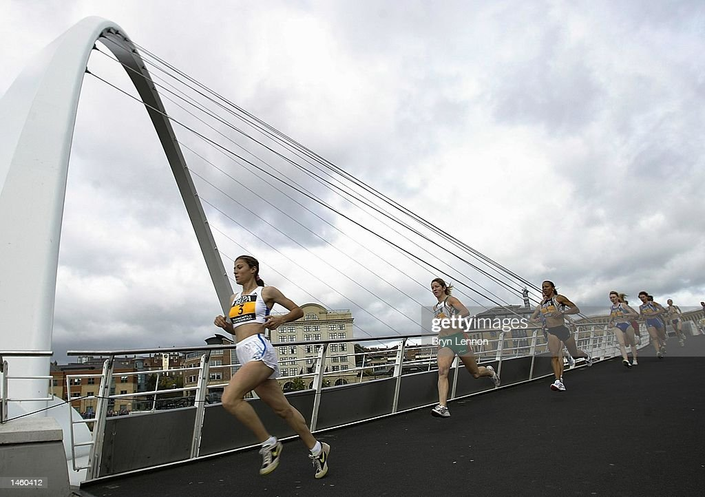 Sureyya Ayhan of Turkey leads the Elite women over the Millennium Bridge during the BUPA Great North Mile on Newcastle Quayside, Newcastle, England on October 5, 2002. (Photo by Bryn Lennon/Getty Images).