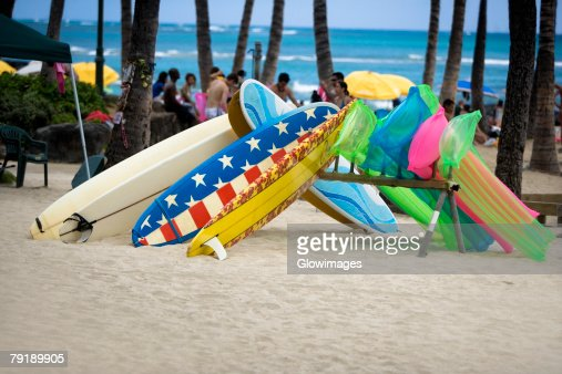 Surfboards and pool rafts on the beach, Waikiki Beach, Honolulu, Oahu, Hawaii Islands, USA : Foto de stock