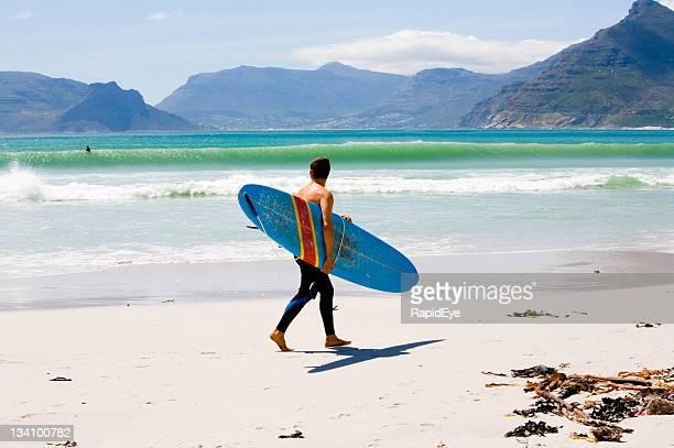 Surfer, die Wellen