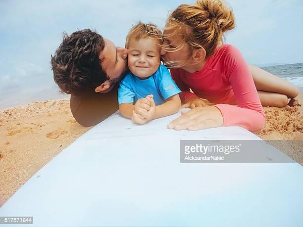 Famille de Surfeur sur la plage