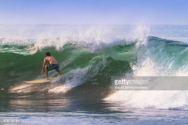 Surfista primeros barrelled.