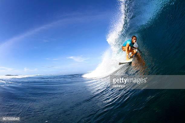 Chica surfista obtiene en un cilindro