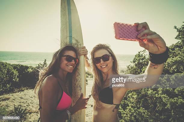 Surfer Mädchen machen Sie ein selfie