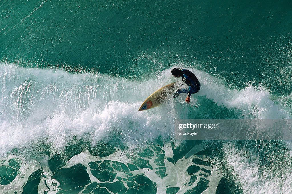 Surfer riding wave : Stockfoto