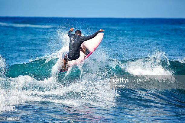Surfeur tourner sur la vague de l'île d'Hawaï