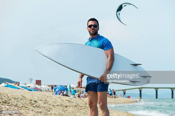 サーファーサーフボードで、ビーチの上