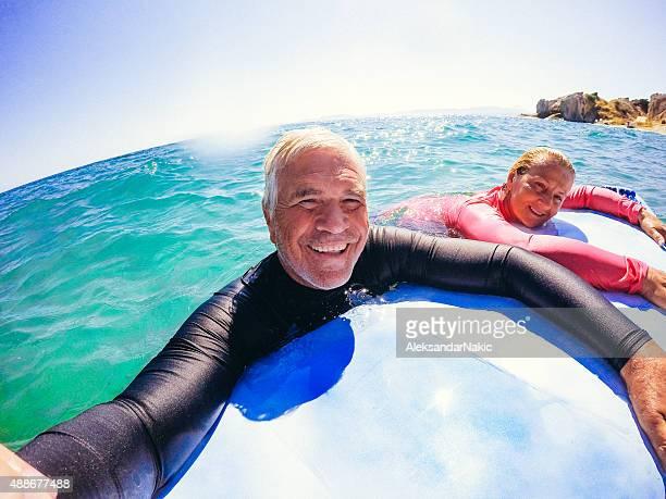 Surf selfie d'un couple senior