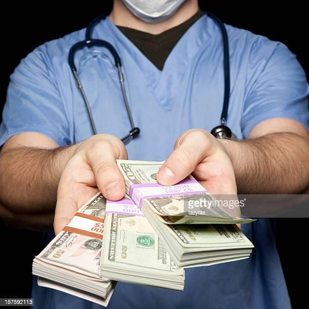 Chirurg in Blau geben Sie das Bargeld.