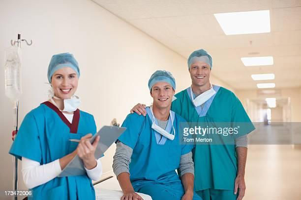 Ärzte im Krankenhaus-Korridor