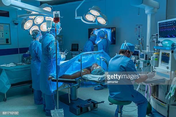 Los cirujanos en funcionamiento de teatro