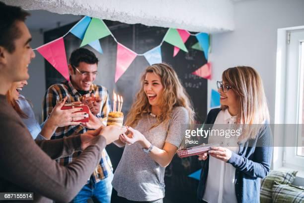 Sorpresa de cumpleaños en el lugar de trabajo