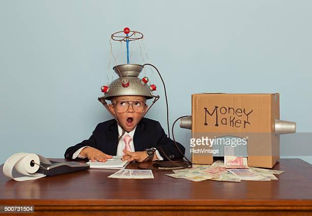 Überrascht Jungen macht Geld mit Idee Helm