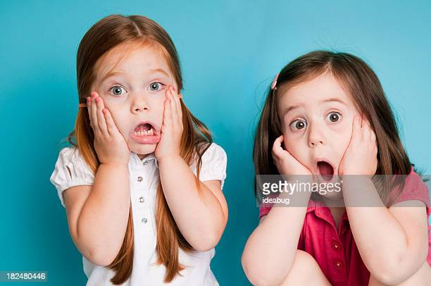 Überrascht Mädchen mit Looks von Schockiert