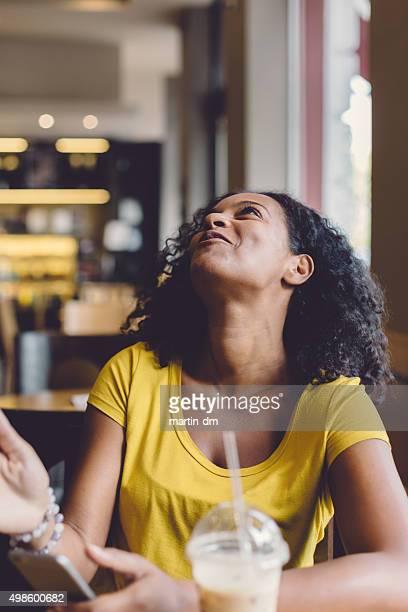 Überrascht gemischtes Frau in einem Café