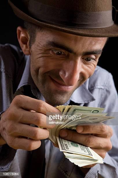 Surpris homme souriant avec un chapeau de calcul des factures