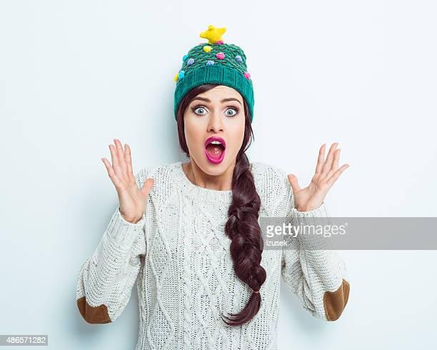 Überrascht Frau im winter-outfit