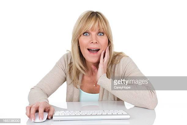 Mujer sorprendida por ordenador