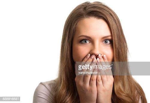 Sorprendido joven mujer con las manos en la boca : Foto de stock