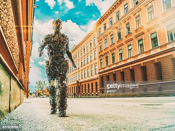 Surreale immagine di cyborg a piedi nella città