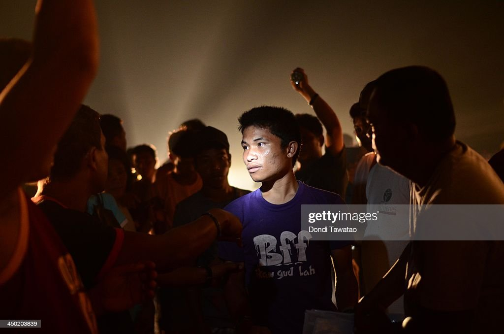 TACLOBAN LEYTE PHILIPPINES NOVEMBER 17 Survivors wait in line to receive relief goods in the aftermath of Typhoon Haiyan on November 17 2013 in...