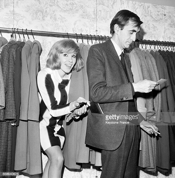 Susan Hampshire qui jouera le rôle d'une voleuse dans son prochain film s'entraîne en dérobant le portefeuille de Pierre GranierDeferre dans un grand...